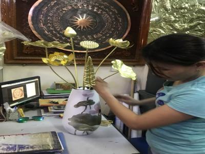Cách cắm hoa sen trên bàn thờ